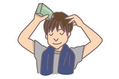 頭皮ケアをする男性